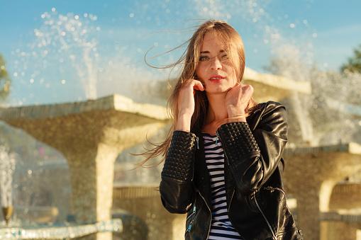 여자 캐주얼 스타일의 도시 파운턴 대해 위장하여 가죽에 대한 스톡 사진 및 기타 이미지