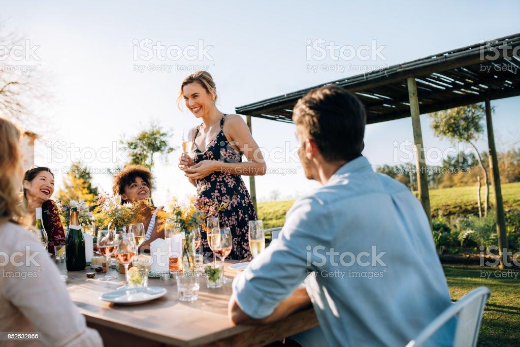 Femme, célébrer une occasion spéciale avec des amis - Photo