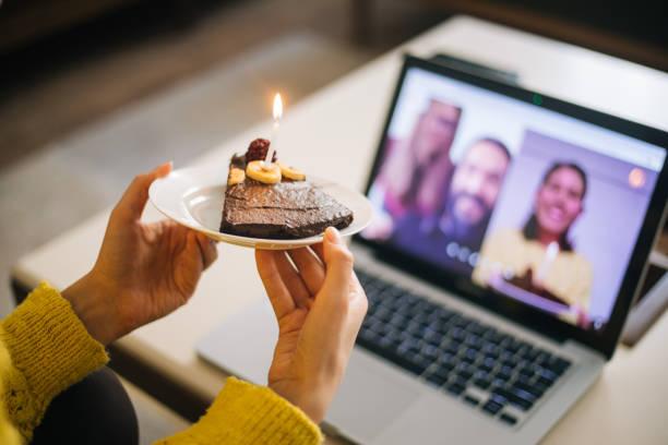 비디오 컨퍼런스로 생일을 축하하는 여성 스톡 사진