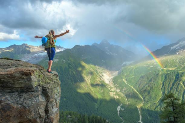Frau feiert Erfolg auf dem Berg – Foto