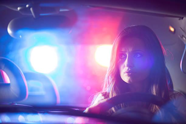 mujer chaced y alto policial - stop sign fotografías e imágenes de stock
