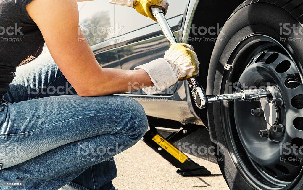 Frau ändern Reifen Auto – Foto