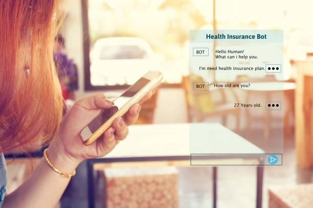 femme bavardant avec bot automatique sur smartphone et parler de conseillers d'assurance maladie. - chatbot photos et images de collection