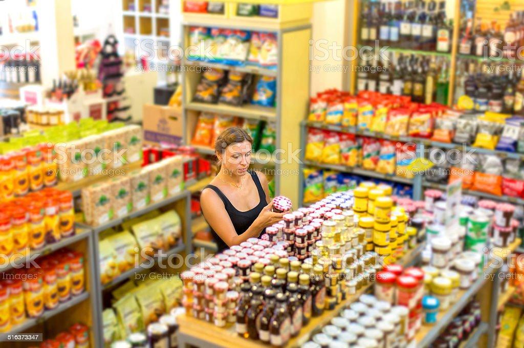 Frau, die Etikettierung von Lebensmitteln – Foto