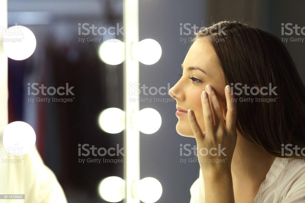 Frau, die Falten werden gesucht – Foto