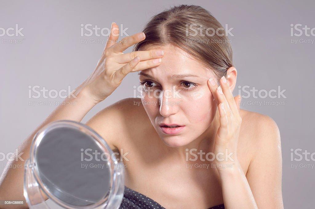 Frau, die ihre Falten auf Ihrer Stirn – Foto
