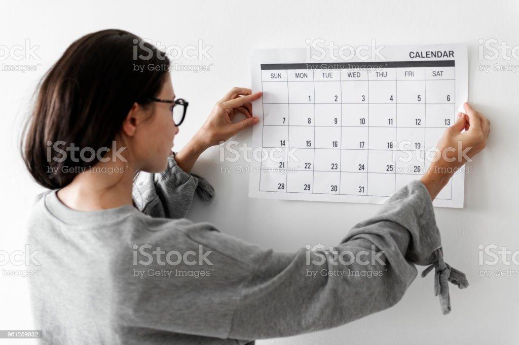 Frau, die Überprüfung des Kalenders – Foto