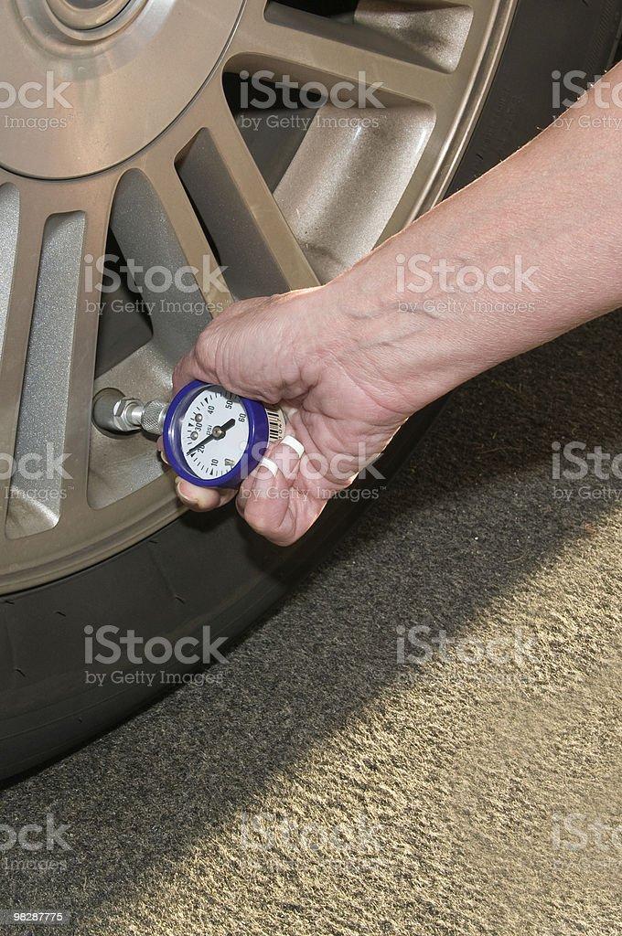 Donna di controllo pressione pneumatici foto stock royalty-free