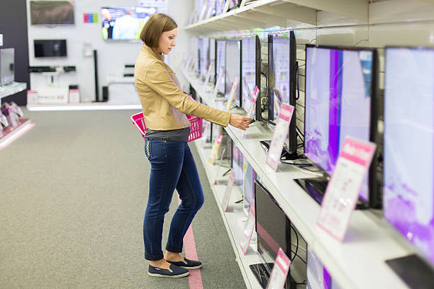 Frau wählt einen Fernseher im store – Foto