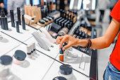 女性は店で化粧品とメイクアップ製品を選択します