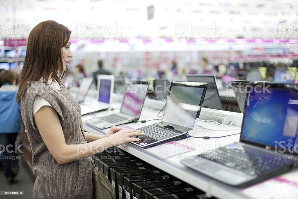 Donna sceglie il portatile - Foto stock royalty-free di Abbigliamento