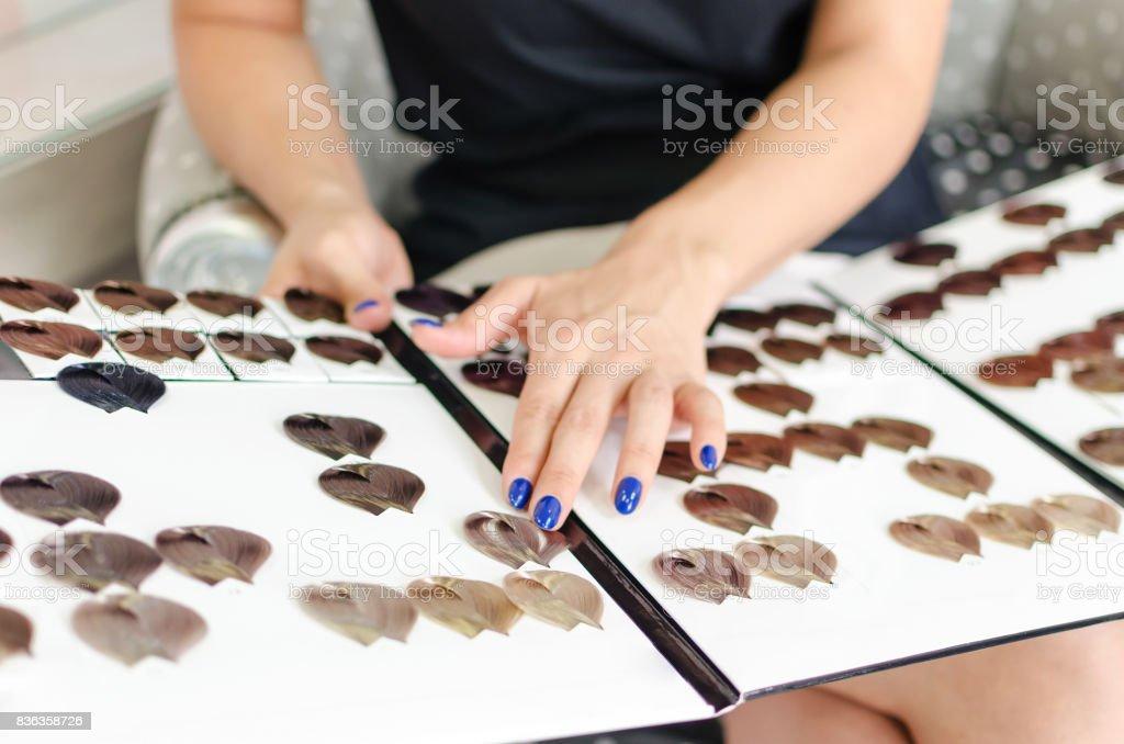 Mulher escolher nova cor de cabelo - foto de acervo