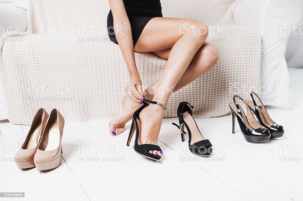 Femme choisir les chaussures - Photo