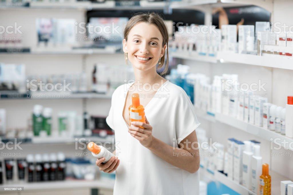 Frau Wahl Sonnencreme in der Apotheke – Foto