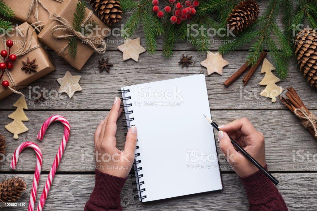 木製の背景の紙に女性のクリスマスの手紙 ストックフォト