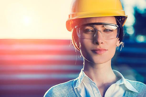 kobieta inżynier budownictwa lub architekt - kask ochronny odzież ochronna zdjęcia i obrazy z banku zdjęć
