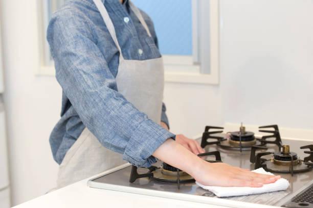 キッチンのクリーニング女性 ストックフォト