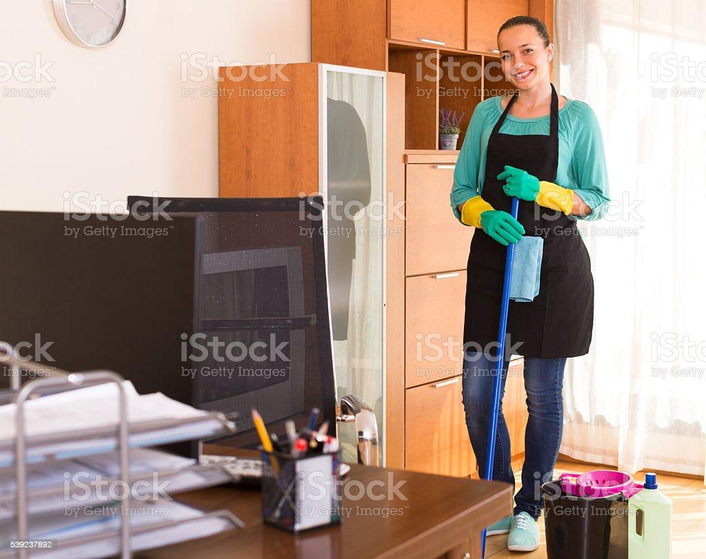 Mujer limpieza en la oficina foto de stock libre de derechos