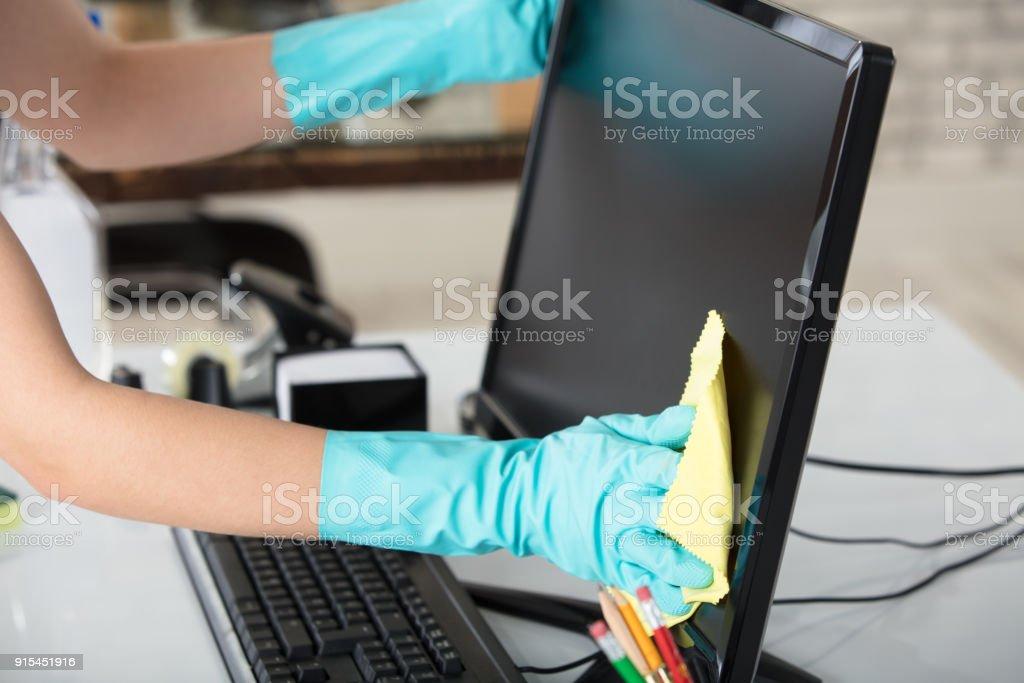婦女清潔桌面螢幕與抹布 - 免版稅乾淨圖庫照片