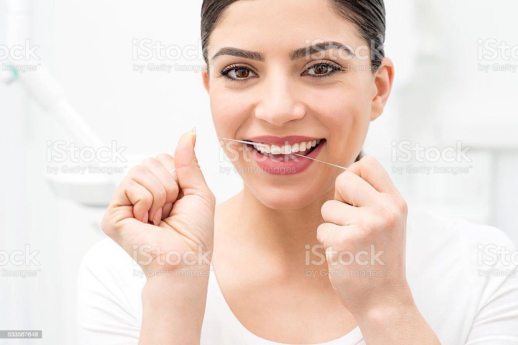 2b15e7044 Foto de Mulher De Limpeza Fio Dental Dentes Dela e mais fotos de ...