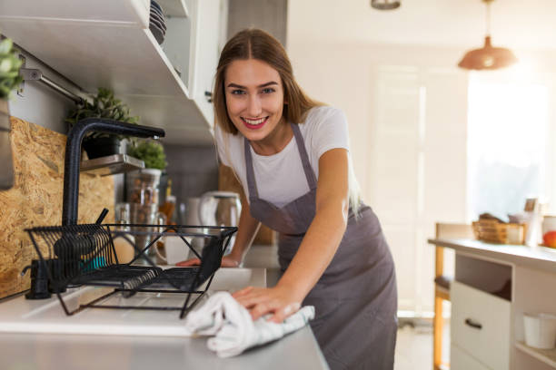 Frau reinigt Küchenzeile – Foto