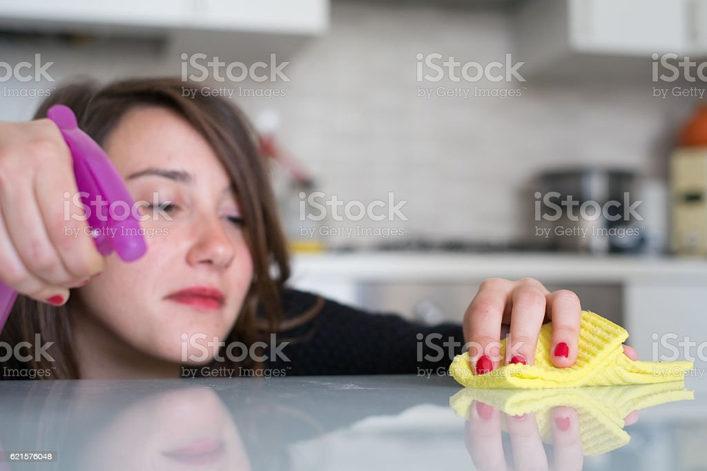 Woman cleaning kitchen tiles at home photo libre de droits