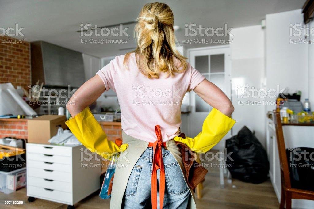 Frau Reinigung im Haus – Foto