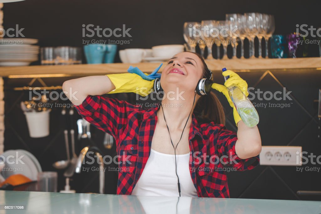 Woman cleaning the kitchen foto stock royalty-free