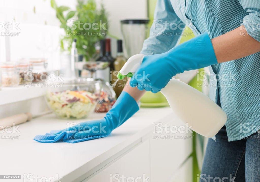 Mulher limpando com um Ramalhete de detergente - foto de acervo