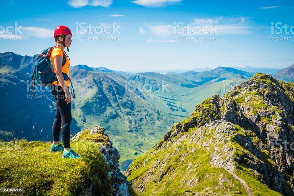 Trepador de la mujer en la cordillera con vistas a Glen Coe Highlands Escocia foto de stock libre de derechos
