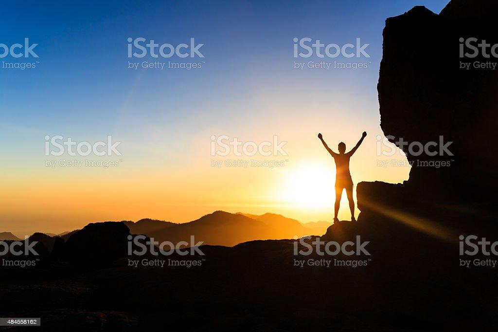 Kletterer Erfolg Frau silhouette auf die Berge, das Meer und den Sonnenuntergang – Foto
