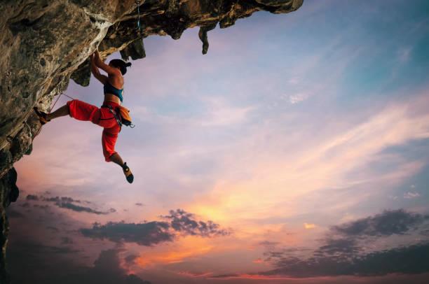 Mujer escalada en roca - foto de stock