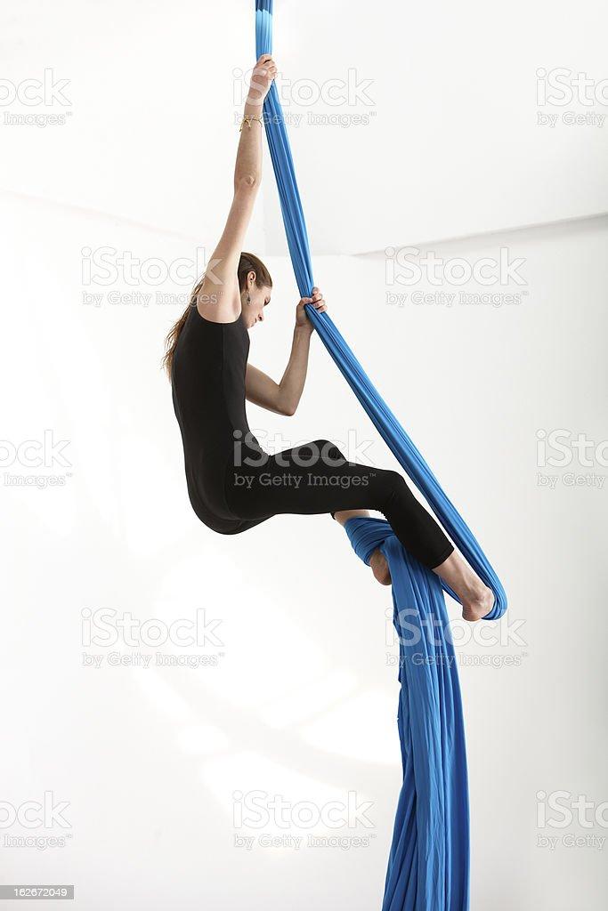 Woman climbing con tejido acrobática - foto de stock