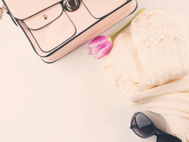frau kleidung kleidung accessoires mode-shopping auf weiß - dresses online shop stock-fotos und bilder