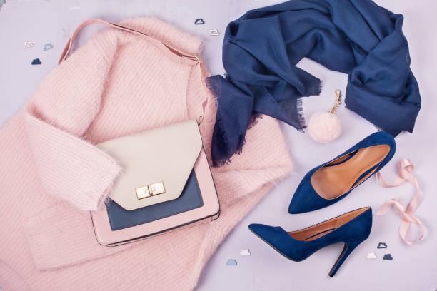 mujer ropa y accesorios en colores pastel. - moda de zapatos fotografías e imágenes de stock
