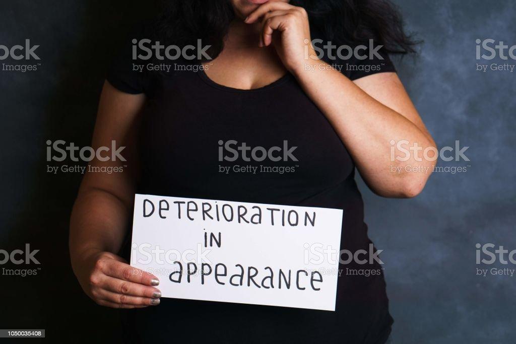Mujer preocupada por el deterioro de la apariencia - foto de stock