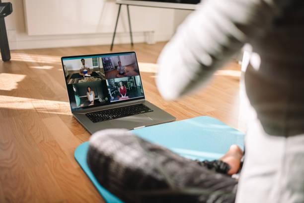 Frau, die virtuelle Fitness-Kurse über Videokonferenz durchführt – Foto