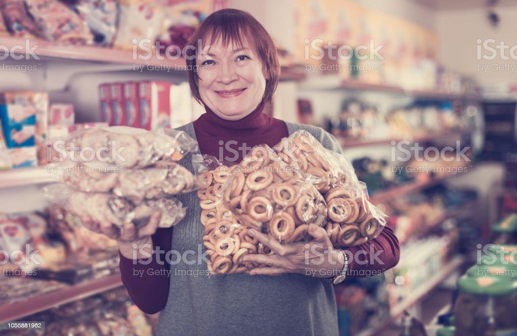 consumidor de mulher com produtos de padaria - foto de acervo