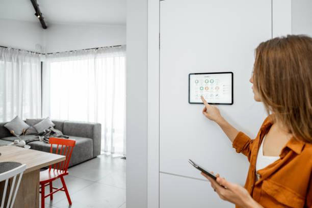 Vrouw die slimme apparaten bestuurt met een digitale Tablet thuis foto
