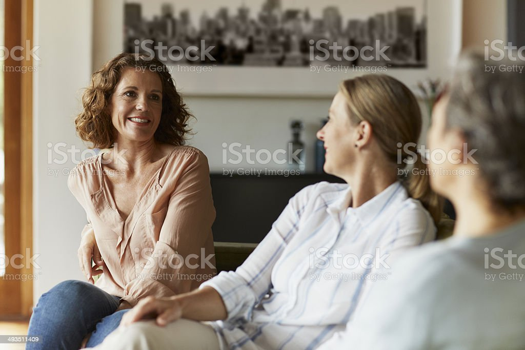 Woman conversing with friends at home – Foto