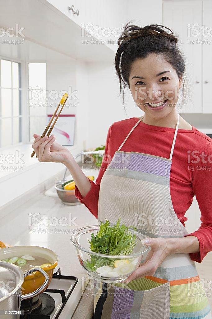 Mulher cozinhar uma refeição foto de stock royalty-free