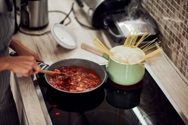 Frau kochen Abendessen. – Foto