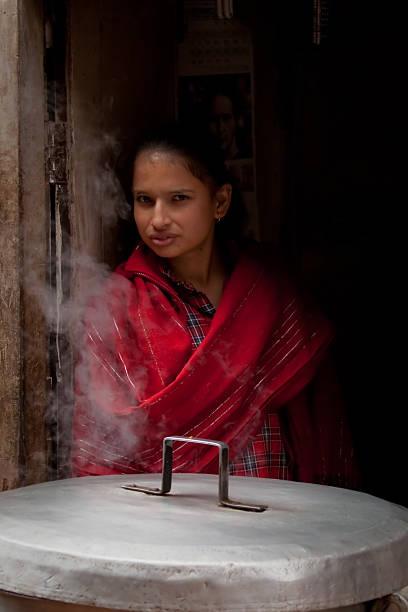 frau kochen in einem café in bhaktapur, nepal. - ein topf wunder stock-fotos und bilder