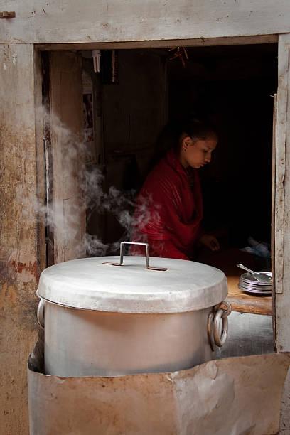 frau kochen in einer straße-café in bhaktapur, nepal. - ein topf wunder stock-fotos und bilder