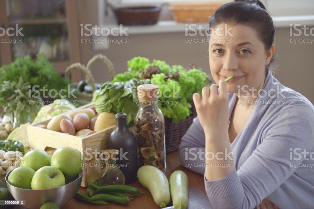 Mujer de la cocina a la vista en la cocina - Foto de stock de 30-39 años libre de derechos