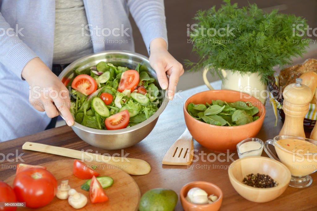 Mulher na cozinha a cozinhar - Foto de stock de 30 Anos royalty-free