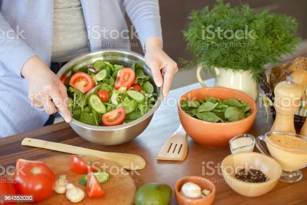 Foto de Mulher Na Cozinha A Cozinhar e mais fotos de stock de 30 Anos