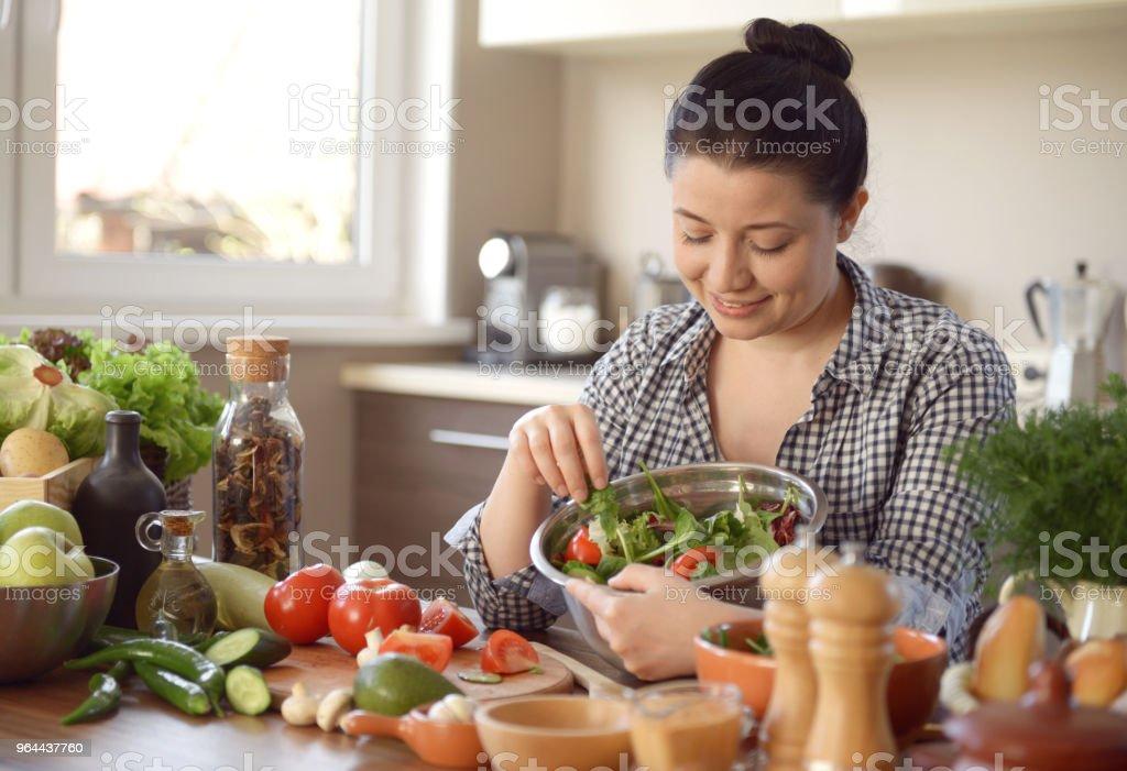 vrouw koken in de keuken - Royalty-free 30-39 jaar Stockfoto