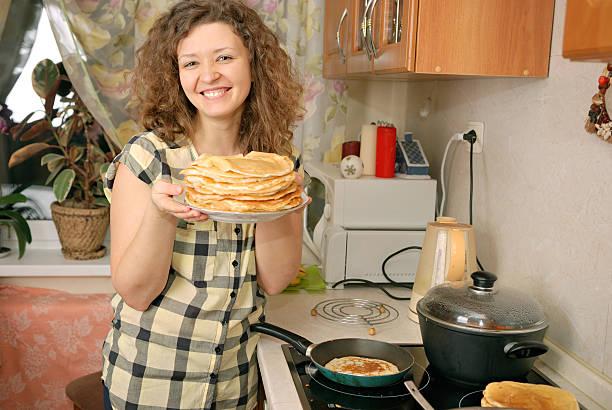 Frau Kochen Pfannkuchen – Foto