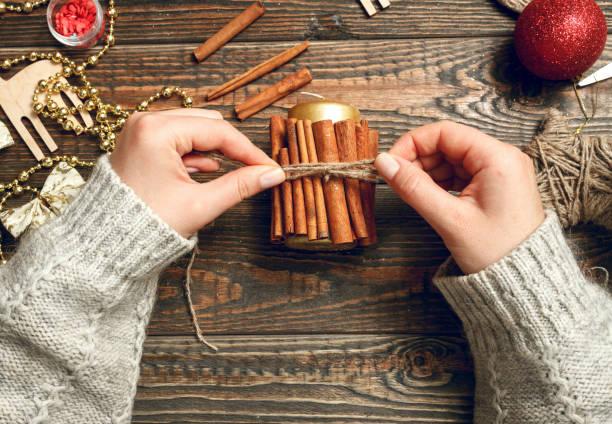 frau zu schaffen stilvolle weihnachtsgeschenke - diy xmas stock-fotos und bilder
